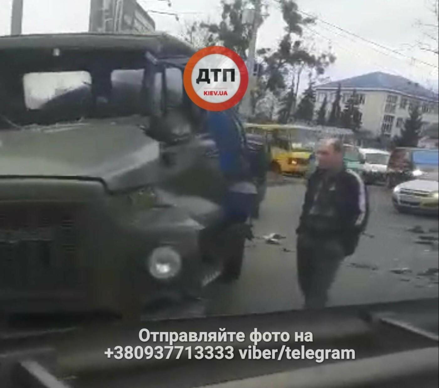 В Киеве столкнулись фура и водовоз, есть пострадавшие (ФОТО), фото-2