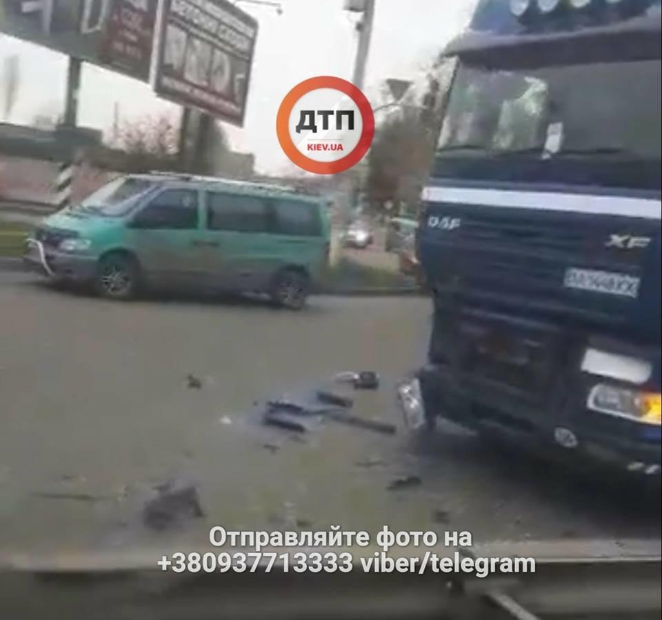 В Киеве столкнулись фура и водовоз, есть пострадавшие (ФОТО), фото-1