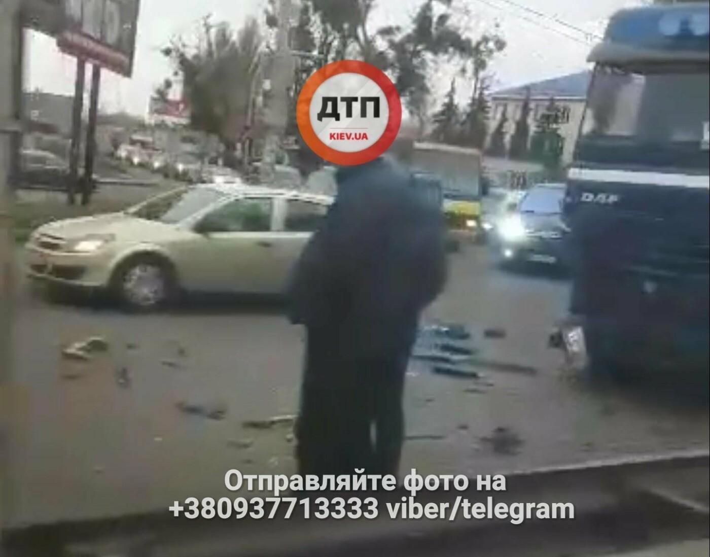 В Киеве столкнулись фура и водовоз, есть пострадавшие (ФОТО), фото-3