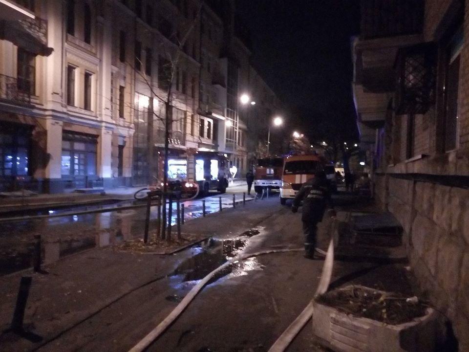 В Киеве ночью горела многоэтажка, фото-1