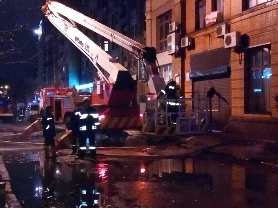 В Киеве ночью горела многоэтажка, фото-3