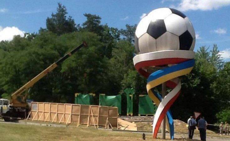 В Киеве демонтируют скульптуру мяча, установленную к Евро-2012, фото-1