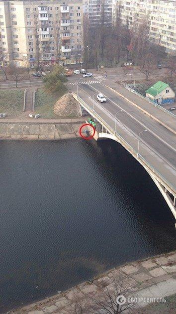В Киеве на мосту повесился человек, фото-1