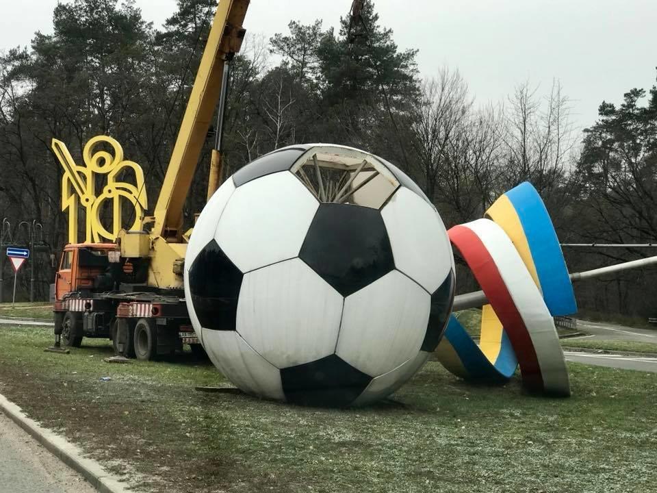 На въезде в Киеве демонтировали композицию в виде футбольного мяча, фото-2