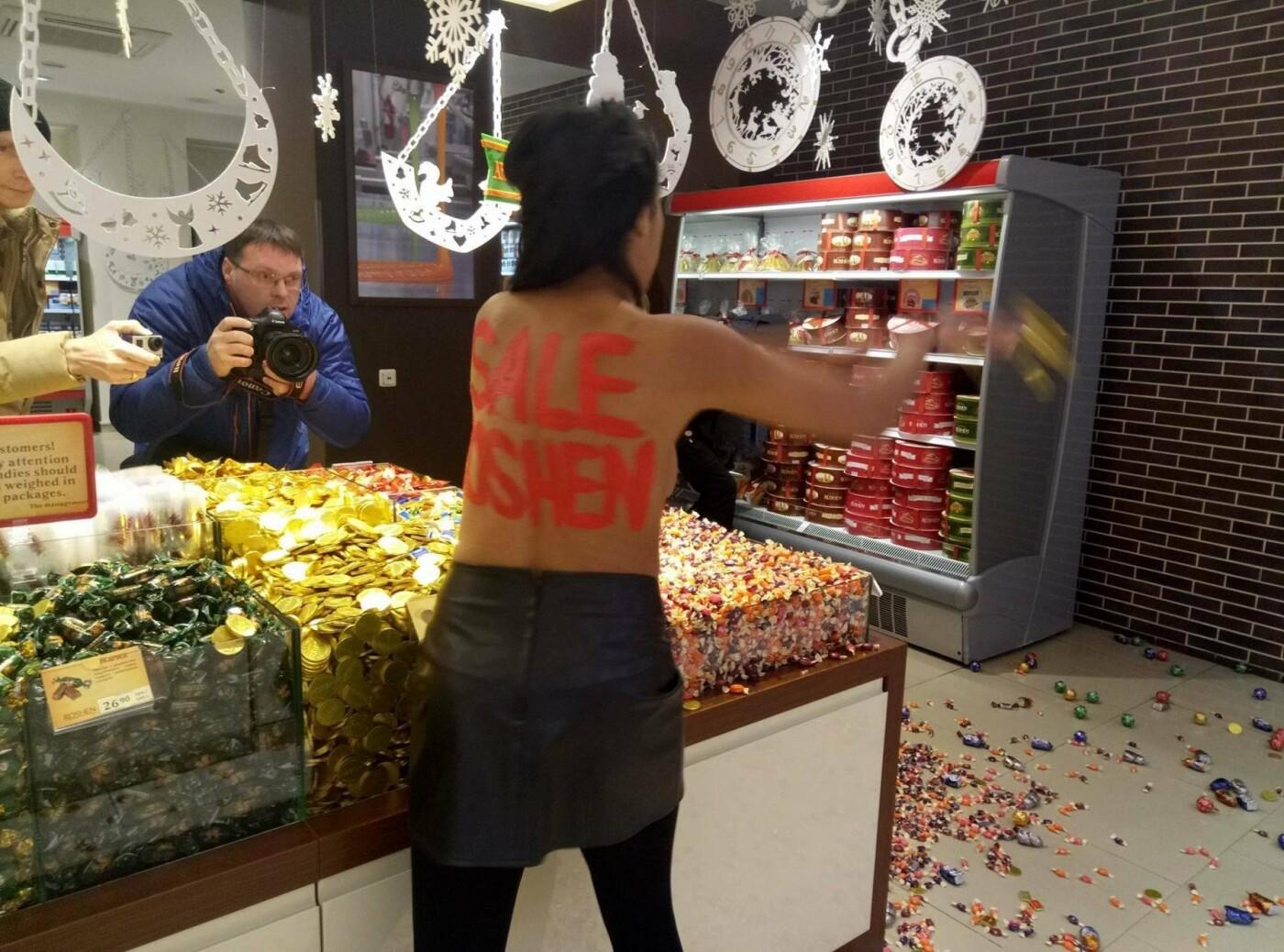 Активистка Femen устроила погром в магазине Рошен , фото-4