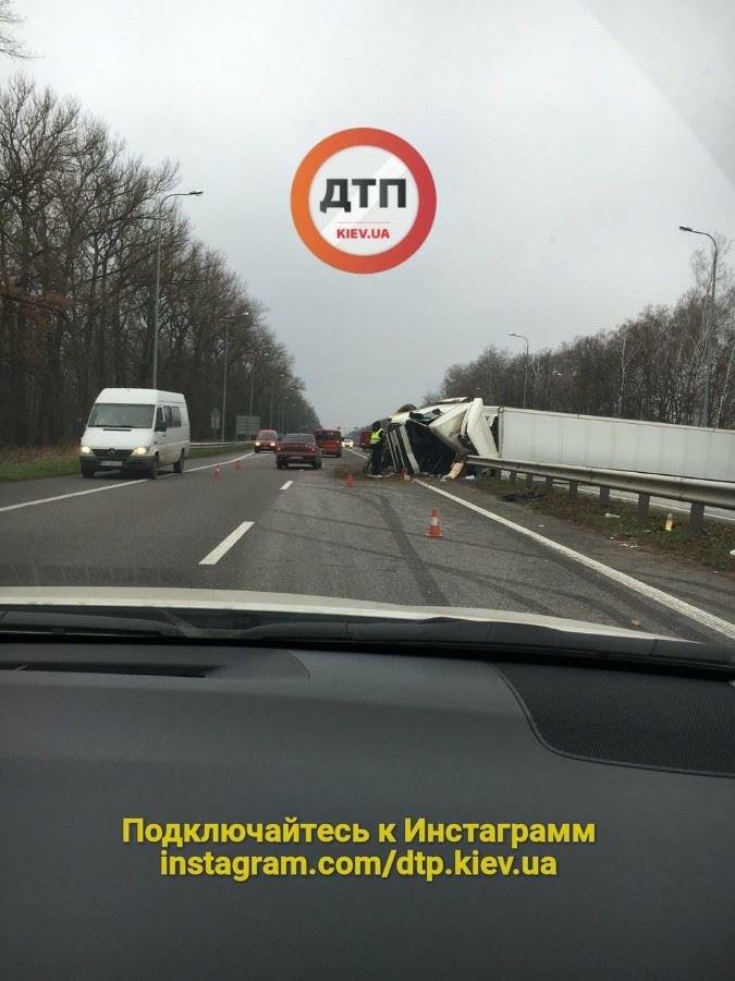 Под Киевом перевернувшаяся фура перегородила дорогу (ФОТО), фото-1