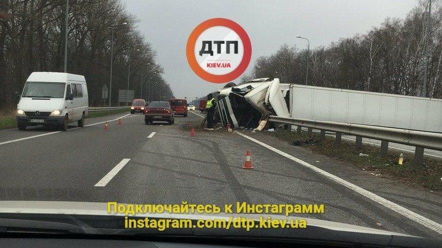 Под Киевом перевернувшаяся фура перегородила дорогу (ФОТО), фото-4