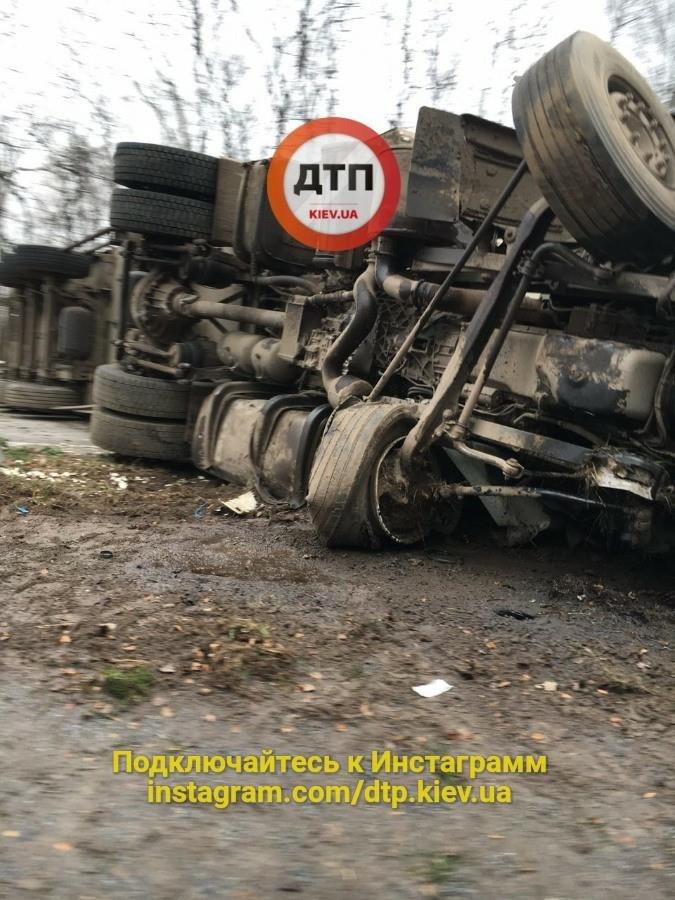 Под Киевом перевернувшаяся фура перегородила дорогу (ФОТО), фото-2