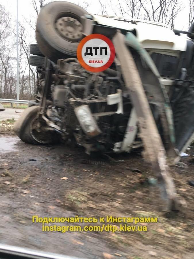 Под Киевом перевернувшаяся фура перегородила дорогу (ФОТО), фото-3