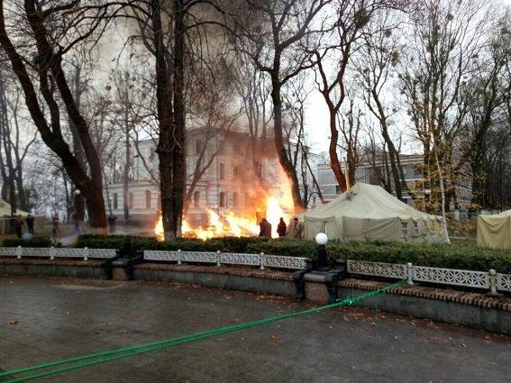 В Мариинском парке сгорела палатка (ФОТО), фото-2