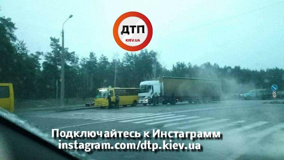 В Киеве столкнулись фура и маршрутка (ФОТО), фото-1