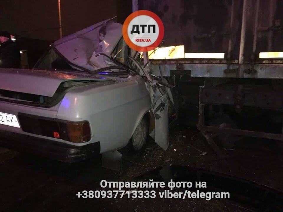 В Киеве пьяный водитель врезался в грузовик, есть пострадавшие (ФОТО), фото-1