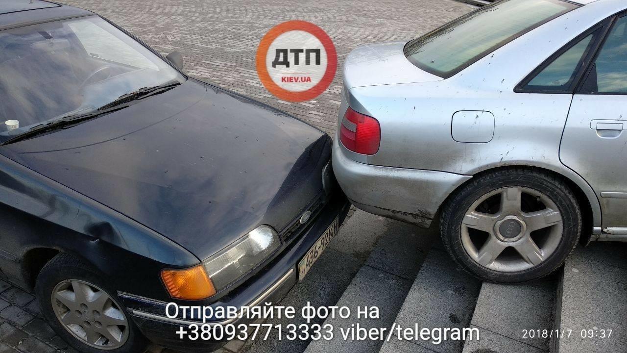 В Киеве две машины столкнулись на лестнице (ФОТО), фото-5