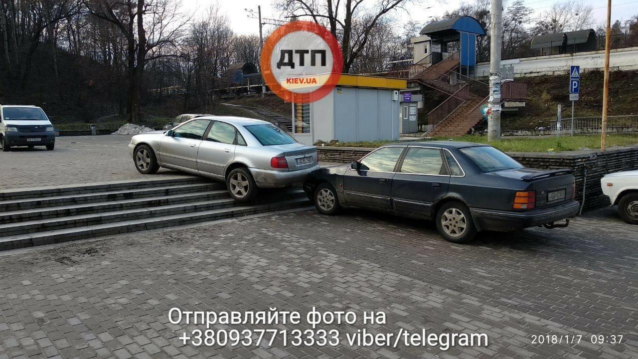 В Киеве две машины столкнулись на лестнице (ФОТО), фото-6