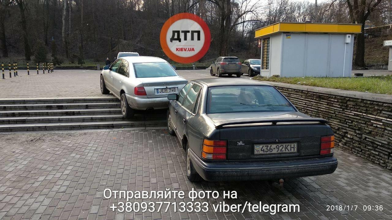 В Киеве две машины столкнулись на лестнице (ФОТО), фото-3