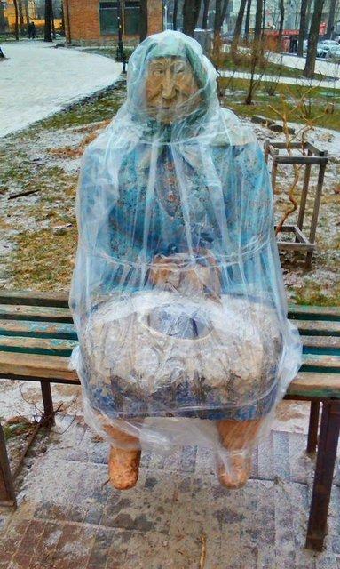 Известную в Киеве скульптуру превратили в пепельницу (ФОТОФАКТ), фото-1