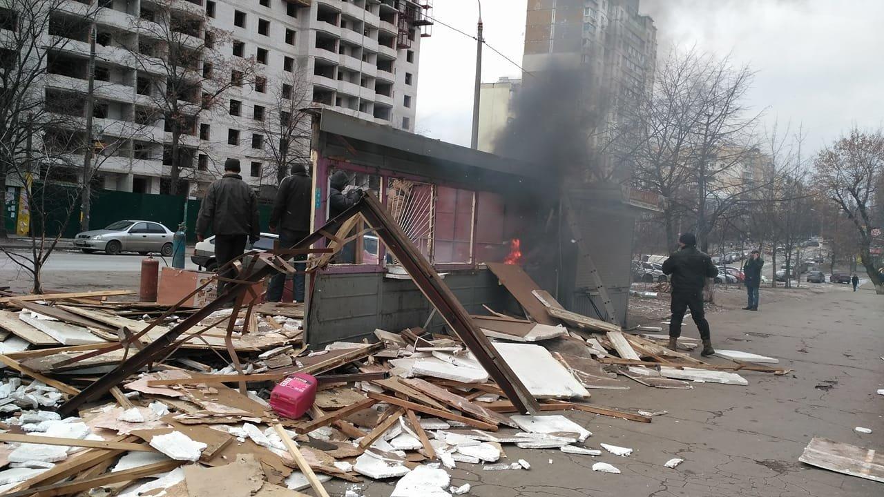 В Киеве во время демонтажа загорелся МАФ (ФОТО), фото-1