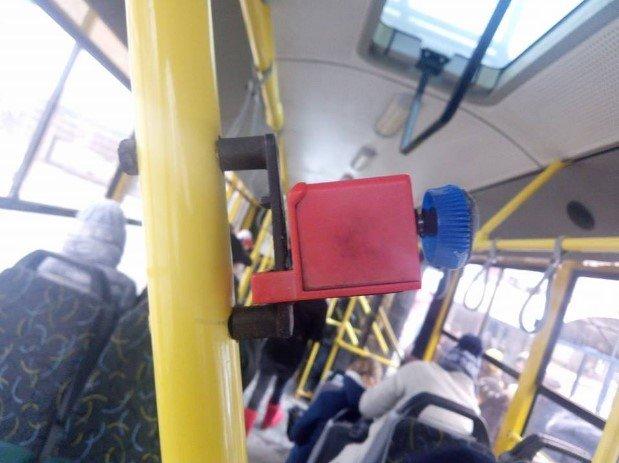 В киевском троллейбусе креативно починили компостер, фото-1