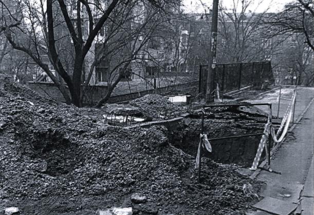 """В киевском дворе уже неделю """"красуется"""" огромная яма (ФОТО), фото-1"""