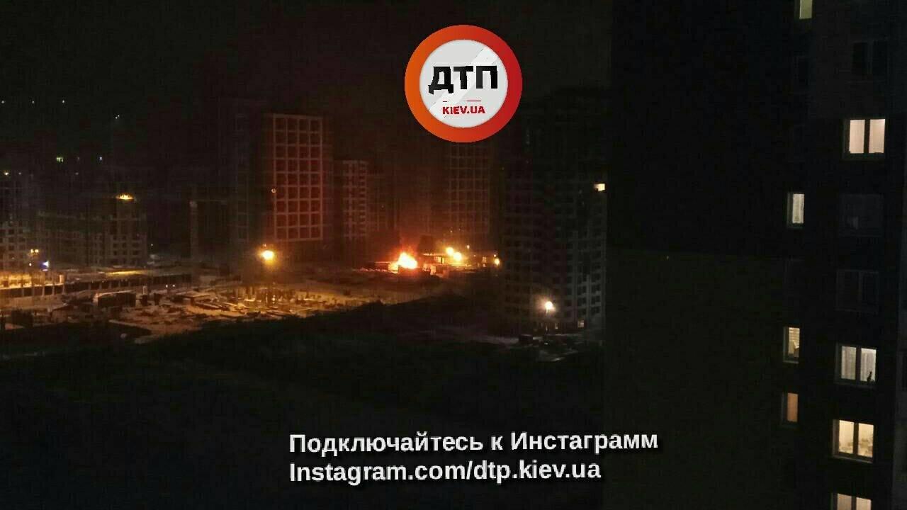 В Киеве горит стройплощадка жилого комплекса, фото-1