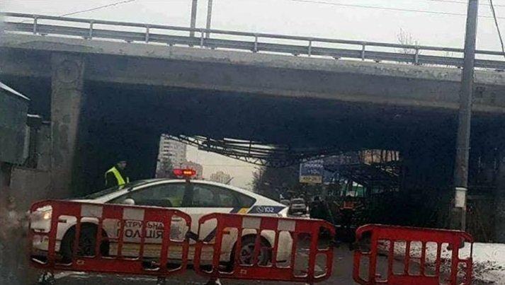 В Киеве из-за ДТП обрушилась часть моста (ФОТО), фото-1