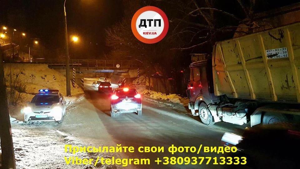 В Киеве еще один грузовик врезался в мост (ФОТО), фото-1