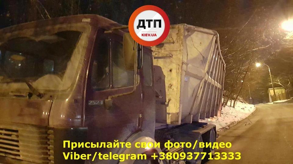 В Киеве еще один грузовик врезался в мост (ФОТО), фото-2