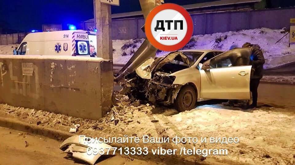 Водитель родился в рубашке: в Киеве Volkswagen влетел в отбойник (ФОТО), фото-1