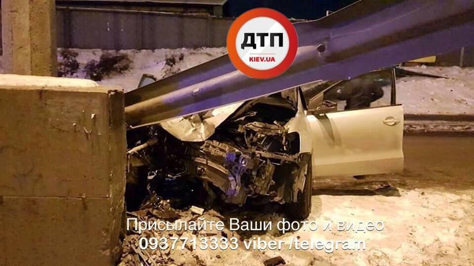 Водитель родился в рубашке: в Киеве Volkswagen влетел в отбойник (ФОТО), фото-2