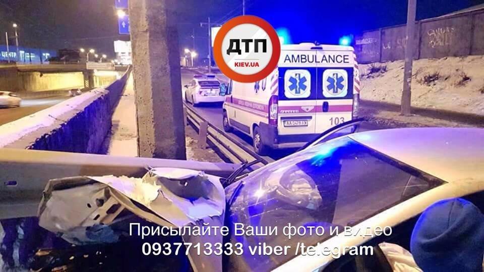 Водитель родился в рубашке: в Киеве Volkswagen влетел в отбойник (ФОТО), фото-3