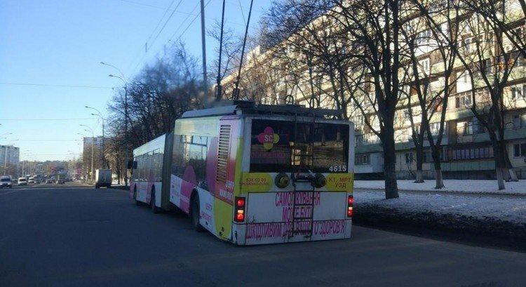В Киеве троллейбус развалился напополам (ФОТО), фото-1
