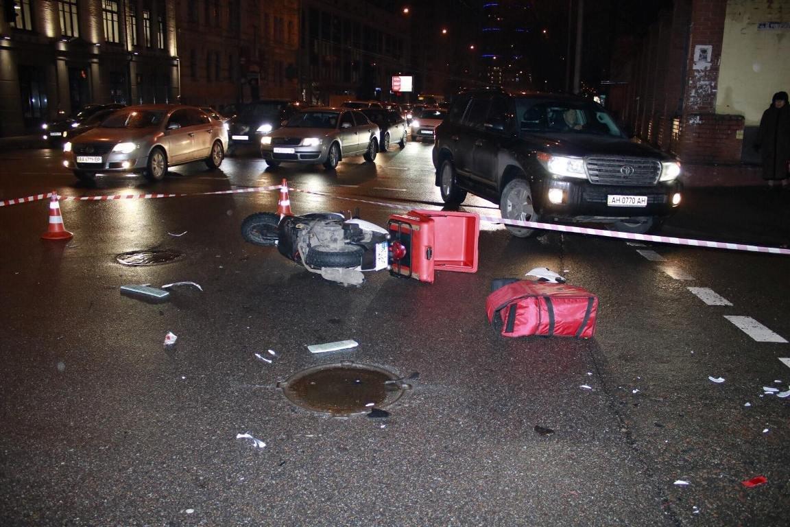 В Киеве курьер пиццы попал под авто (ФОТО), фото-1