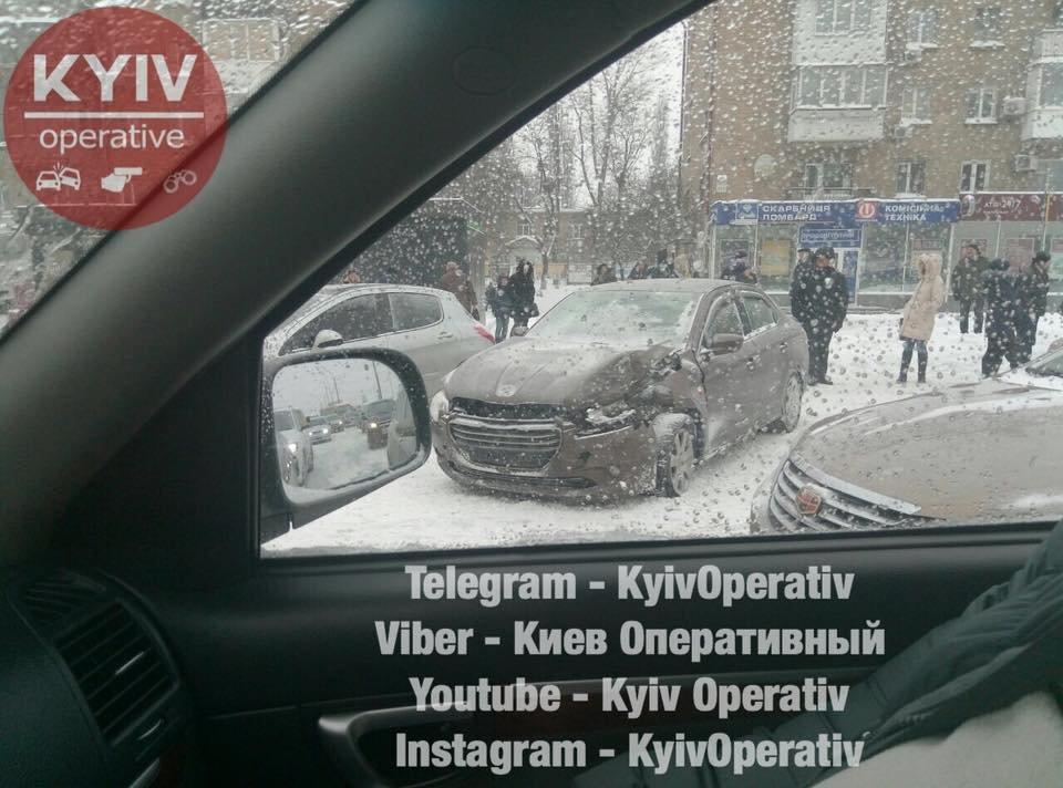 Водители, объезжайте: в Киеве из-за ДТП образовалась огромная пробка (ФОТО), фото-1