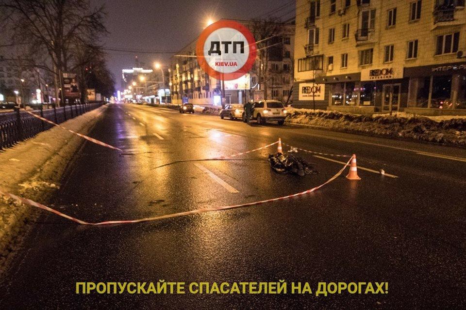 Смертельное ДТП в Киеве: пешеход в слезах кидался под авто, фото-1