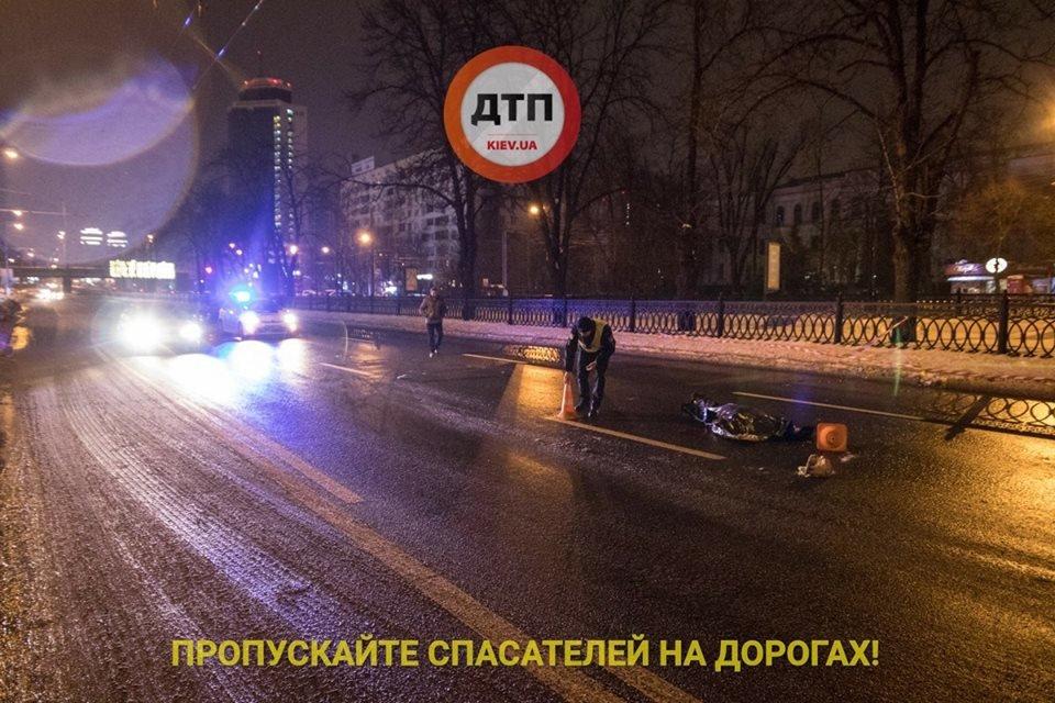 Смертельное ДТП в Киеве: пешеход в слезах кидался под авто, фото-2