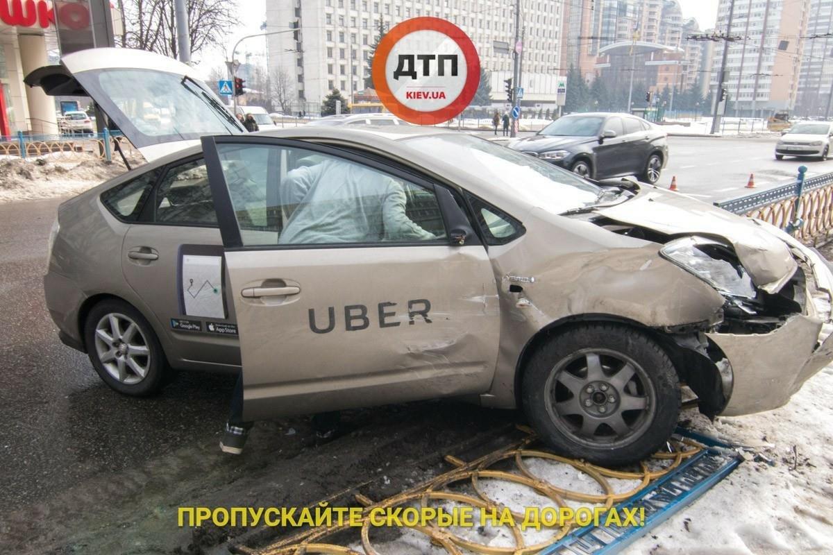 В Киеве пьяный таксист снес 10 метров ограждения (ФОТО), фото-3