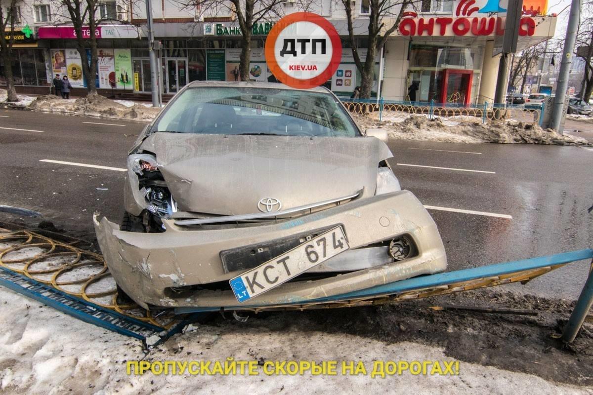 В Киеве пьяный таксист снес 10 метров ограждения (ФОТО), фото-2