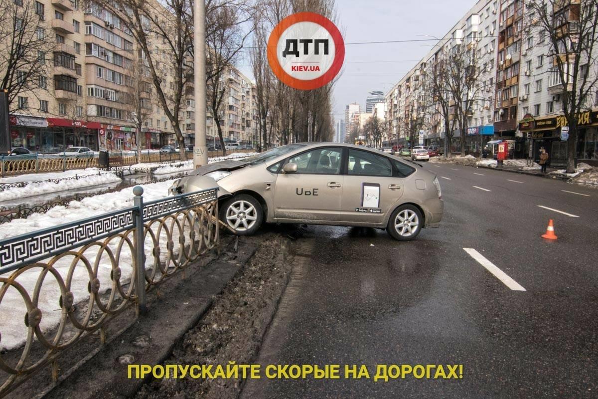 В Киеве пьяный таксист снес 10 метров ограждения (ФОТО), фото-1