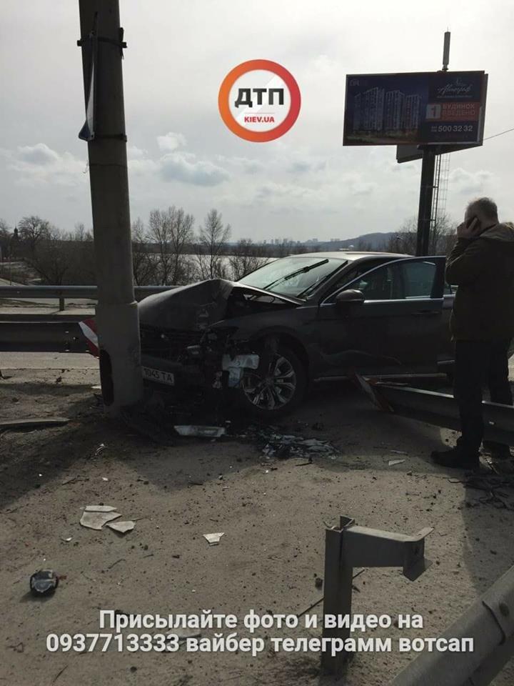 На мосту Патона водитель иномарки врезался в столб (ФОТО), фото-1