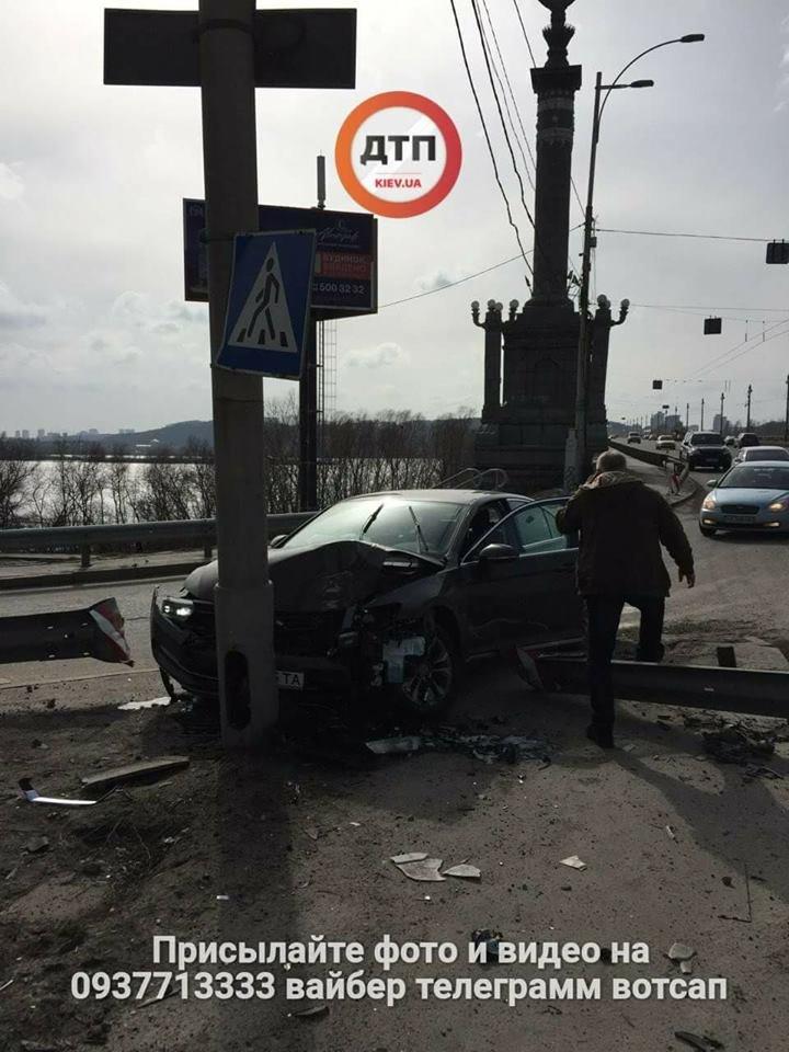 На мосту Патона водитель иномарки врезался в столб (ФОТО), фото-3