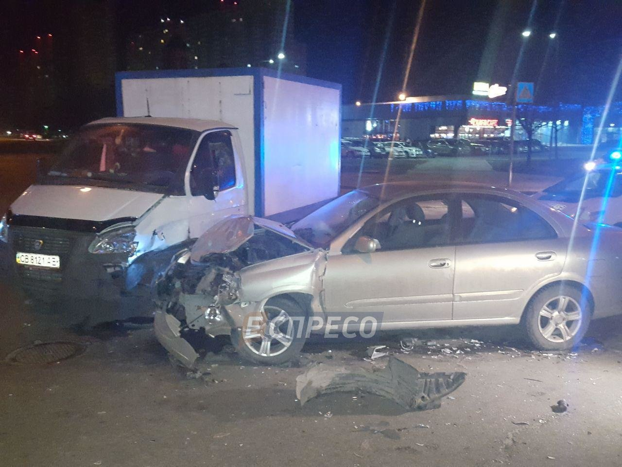 В Киеве авто на скорости влетело в хлебовоз (ФОТО), фото-1