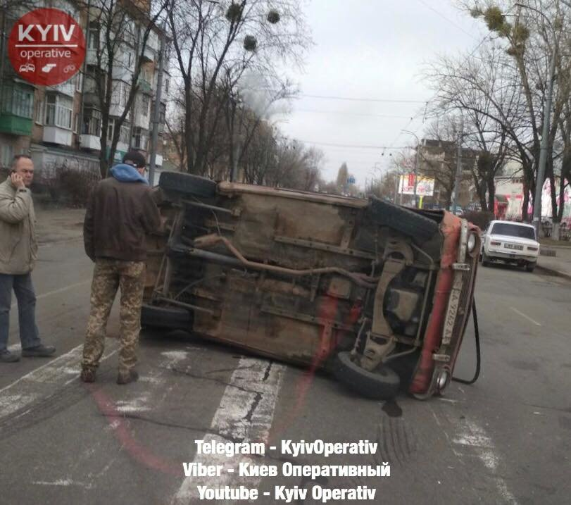 В Киеве произошло ДТП с опрокидыванием , фото-2