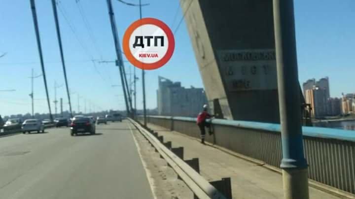 В Киеве с моста сняли двух подростков, фото-1