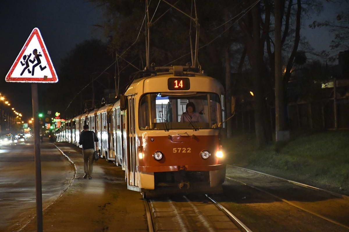 В Киеве трамвай врезался в легковушку, фото-1