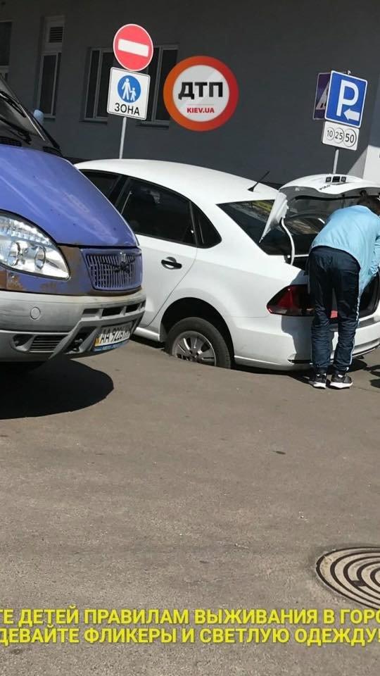 В Киеве автомобиль провалился под асфальт (ФОТО), фото-4