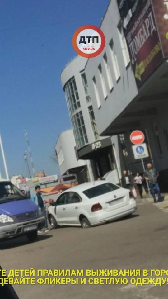 В Киеве автомобиль провалился под асфальт (ФОТО), фото-1