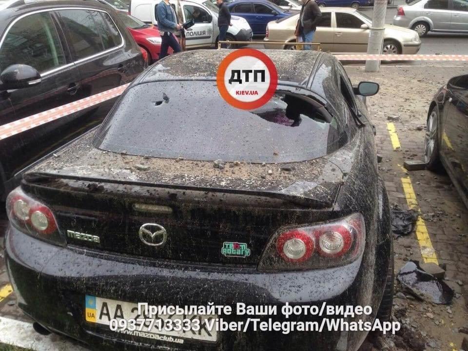 Масштабный прорыв трубы в Киеве: асфальтом побило несколько авто, фото-6