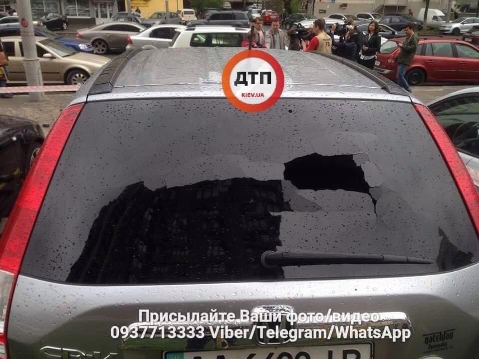 Масштабный прорыв трубы в Киеве: асфальтом побило несколько авто, фото-5