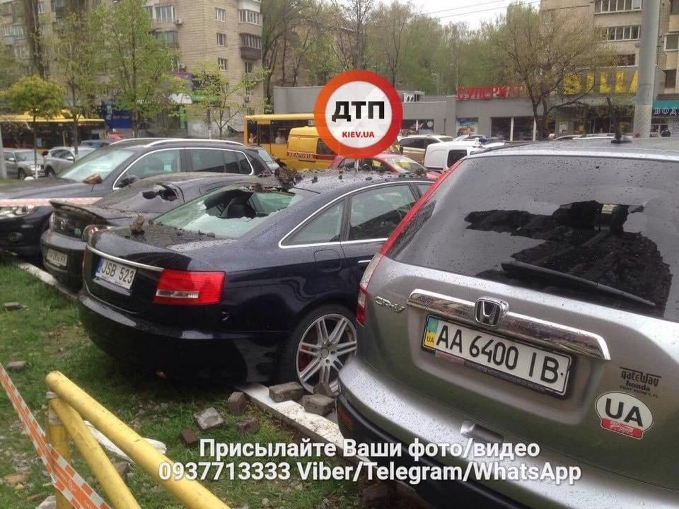 Масштабный прорыв трубы в Киеве: асфальтом побило несколько авто, фото-4
