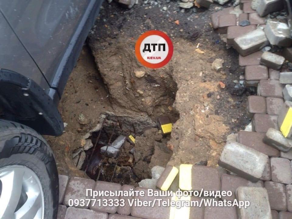 Масштабный прорыв трубы в Киеве: асфальтом побило несколько авто, фото-3